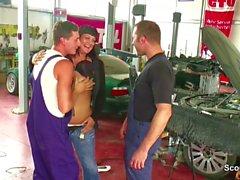 Zwei junge Boy Seduce Big Tit Deutsch Milf ficken in der Werkstatt