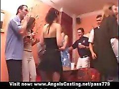 Amatööri ihana seksikäs tytöt ottaaorgiat juhlissa