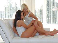 Leichte Küsse von Sapphic Erotica Candees Licious und Nomi Melone Lesben