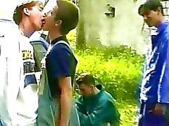 FOUT twinks få tråkigt under picknick och de börjar kyssas innan jävla