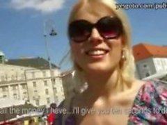 Verlegen blonde Tsjechische Babe sloeg met perv vreemdeling voor geld