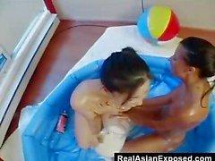 unordentliche Teenager Lesben die Spaß im empty pool