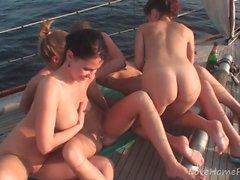 Chicas calientes saben divertirse mientras navegan