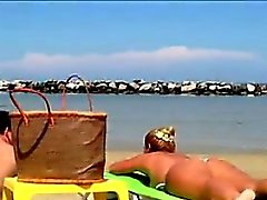Толстый Белая женщина Дубление At The Beach