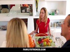FamilyStrokes - Schritt-Schwester saugt und fickt Bruder Bei der Thanksgiving Dinner