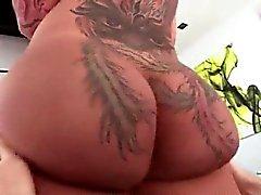 Big tattooed Arsch Schlampe wird geleckt und spielte