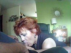 Redhead ger avsugning på webcam