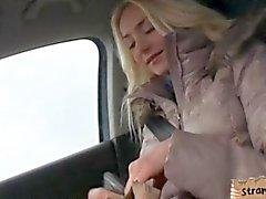 Автостопом подросток Виктории щенков стучало на заднем сидении