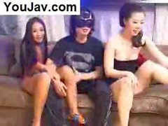 Lucky Chinese Guy ficken 2 Japanisch / Koreanisch Mädchen in Schwarz