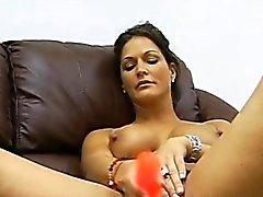 Milf Jolie moans kuten hän masturbates hänet lyhyt ajeltu märän pimppi
