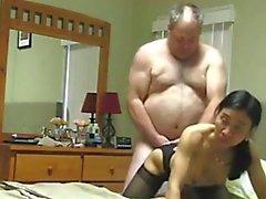 Abuelo fucks de Asia de la esposa