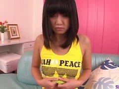 Kotomi Asakura horoz çalışmadan önce solo ile dalga geçiyor