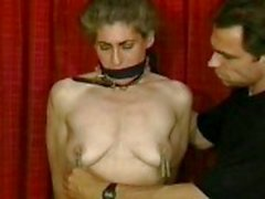 Escravo amarrado em suas calcinhas