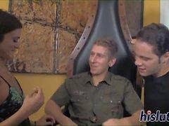 Kinky trio-session med en läcker brunett