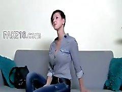 Geile brunette meisje sex op de stoel