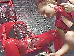 Dominatrices BD jeu des la torture de latex rouge et noire dans ce donjon du sexe