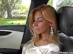 Reizvolle blondes jugendlich gibt ihr Freundin Straße den Kopf