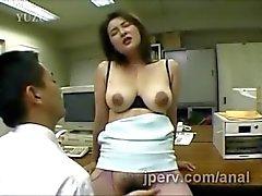 große gestapelte der japanischen Sekretär bekommt ihr behaarte Fotze fingert bei der Arbeit