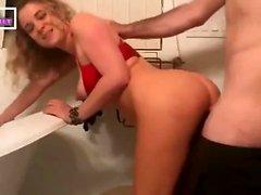 блондинка мамаша трахается в ванной