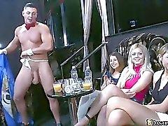 Enorme club lleno de mujeres realmente calientes y cachondas