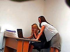 Lesbische secretarissen Tijdens de Lunch Time ( Verborgen Cam Fake )