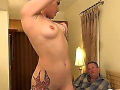 Оникса имеет крошечные dicked киску муже . Она решает