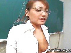 Hete Aziatische leraar zuigt lul en krijgt part6