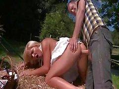 Del hoochie paleto Jenna Lovely adore relaciones sexuales exterior de la granja