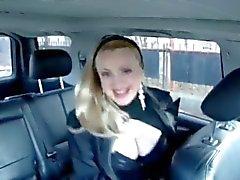 Sashka Vaseva laulaa sekä näyttää hänelle hämmästyttävää isot tissit autoon