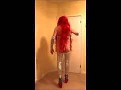 Senhora ruiva em calças de prata apertadas