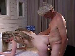 Kinky mager flicka gör morfar fullständigt erotisk massage