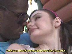 Kleine brunette krijgt een grote zwarte pik ze probeert haar lippen wikkel rond