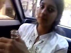 Hintli kız arabada oral seks verir