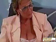 Vecchia donna d'affari ottiene anale grezza