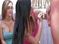 Jung Studentinnen einer gemischten Schule mit Gläsern sucking dick