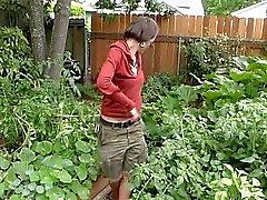 au jardinage se termine dans une belle foutre pour cette jeune fille velue