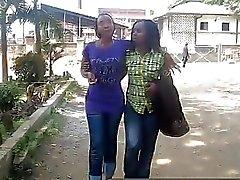 Schwarze Lesben Chinue und Faraa sind bereit zu ficken.