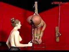 Chicas busty Colgando A Bondage Buttplug Mouthgag Whipped jodido con un consolador estimulados con el vibrador una palmada de Mistress