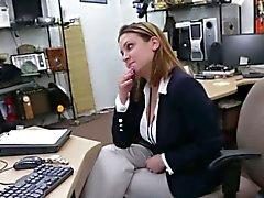 Donna d'affari alla disperata ricerca biglietto aereo