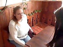Jungen Frau feststellt Oma aktuellen Beurteilungen