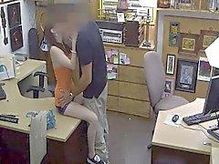 Propriétaire d'un magasin de la pion enregistre caché deal de webcams