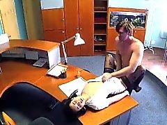 El hombre de negocios FakeHospital se deja seducir por la enfermera en medias