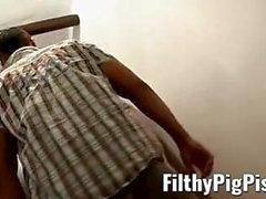 Homo piss lover invite un inconnu pour une séance de baise