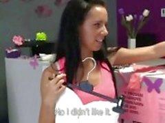 Petite brunette verkoopster geneukt in winkel