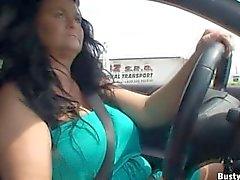 Busty Reny üstsüz sürüş