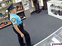 M me agent de police baisée par pawnkeeper l'intérieur de la gage