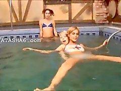 Tres teenies eslovaquia en la piscina de