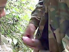 Soldat waten eines Fluss zum einen Blowjob