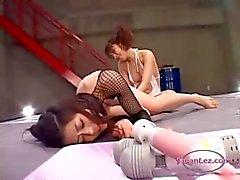2 Asiatische Mädchen kämpfen anregend und fickt sich gegenseitig with toys am Ringermatte