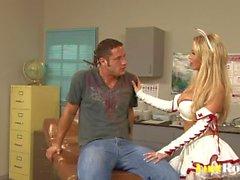Amazing Nikki Benz gosta de esfregar sêmen sobre seios